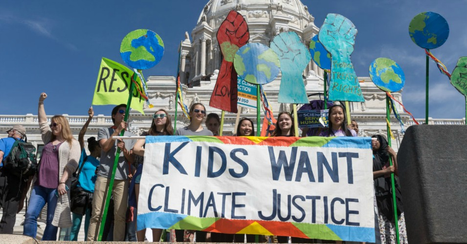 Youth climate activists attend the Minnesota March for Science held in St. Paul in April 2017. (Photo: Lorie Shaull/Flickr/cc)